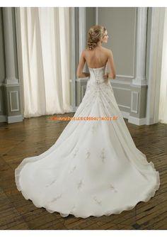 Elegante Brautmode weiss aus Satin und Organza mit langer Schleppe