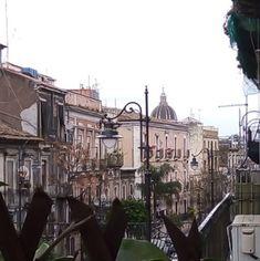 """Buongiorno ragazze ! Con il nostro #windowchallenge #cosavedodallamiafinestra siamo sbarcate in Sicilia, un'isola fiera e carica di storia che è sinonimo di Mediterraneo. Uno """"spazio"""" nel quale si sono confrontate nei millenni un'infinità di culture, popoli e tradizioni che hanno dato vita al """"popolo siciliano"""". Questo è il fascino della Sicilia: colori, sapori, suoni, Catania, Street View, Sicilian"""