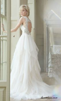 I love the floaty skirt of this beautiful dress x