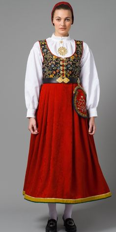 Tranum Røer, Vestfold Traditional Fashion, Traditional Dresses, Mrs Claus Dress, Vintage Costumes, Vintage Outfits, Costumes Around The World, Folk Clothing, Native Wears, Pakistani Bridal