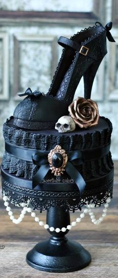 Black wouldnt be my first colour option for a wedding cake but if the day ever rolled round...