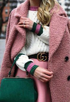 С наступлением холодов, задаешься вопросом, чем же согреться. Поэтому далее следует подборка верхней одежды, в которой встречают холода модницы разных городов мира. Итак, уютный осенний стрит-стайл 2…