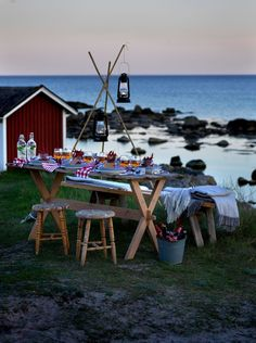 bord av en gammal dörr och bockar. Kräftskiva dukning inspiration Summer Nights, Summer Vibes, Crawfish Party, Sweden Travel, Red Cottage, Le Havre, Summer Feeling, Scandinavian Interior, Archipelago
