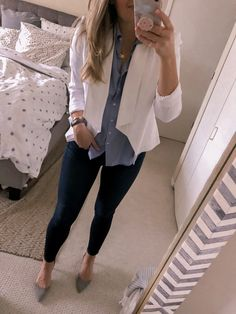 How to wear a white blazer to the office A business casual look with skinny jeans and classic pumps Blazer Outfits Casual, Business Casual Outfits, Cute Outfits, Business Casual With Jeans, Grey Blazer Outfit, Casual Office Wear, Casual Work Attire, Casual Wear, Looks Chic