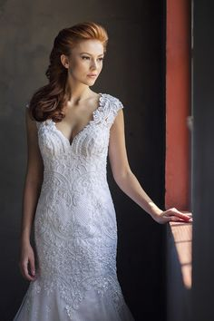 Vestido de noiva de renda bordada com pérolas ( Vestido: Nova Noiva | Beleza: Agência First | Foto: Larissa Felsen )