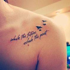 chica que está mostrando su tatuaje de una frase en su hombro