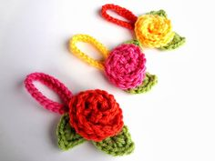 Travel Blooms make finding your suitcase at the airport super easy (free crochet pattern)