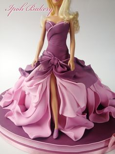 A Different Take On The Barbie Doll Cake Instead Of A Dome Shaped Skirt I Wanted To Create A Skirt That Looks Like It Was Flowing In The Wi