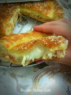 Burger pie: Ingredients: For the dough: Flour 1 egg 1 glass of melted butter and oil (half-and-half) salt 1 tbsp yeast 1 tbsp sugar 1 glass of warm milk - Algerian Recipes, Cuisine Diverse, Good Food, Yummy Food, Quiches, Ramadan Recipes, Arabic Food, Hot Dog Buns, Donuts