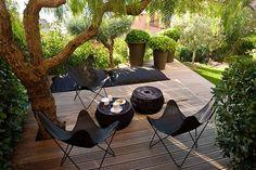 Chaises papillons, terrasse en bois, vieille arbre,pots et verdure, tout est parfait !