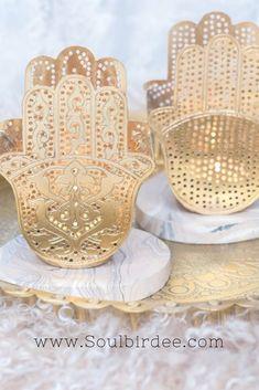Bohemian Luxury Interior! Ich finde das sind die schönsten orientalischen Teelichter die ich jemals gesehen habe! Die goldene Hamsa Hand ist aus Metall und es gibt sie in 2 Designs. Ich dekoriere die Teelichter gerne auf einem marokkanischen Tablett und stelle ein paar Blumen dazu, das wirkt super elegant und hat eine schöne Atmosphäre. Gerade im Boho Wohnstil ist der Mix aus Materialien und Farben angesagt, also kann man zu den Hamsa Teelichtern Fellkissen kombinieren. #orientalisch… Bohemian Living, Boho, Signs Of Kidney Stones, 3d Prints, Hamsa Hand, Messing, Luxury Interior, Decoration, Color Change