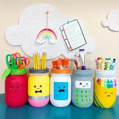This mason jars craft for schools supplies is perfect for teacher gifts, classroom decor, teacher appreciation gifts and back-to-school gifts. Mason Jar Crafts, Mason Jar Diy, Paint For Mason Jars, Painted Mason Jars, Bottle Crafts, School Supply Storage, Teacher Storage, Craft Organization, Classe D'art