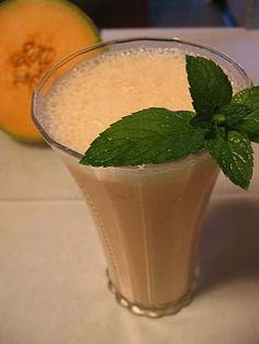 CANTALOUPE SMOOTHIE  10 large romaine lettuce leaves  2 cups of chopped cantaloupe slices  1 cup of frozen strawberries  6 ice cubes  Place everything in the blender and blend until smooth.