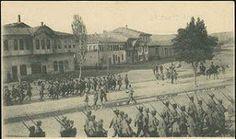 """KÜTAHYA-ESKİŞEHİR SAVAŞLARI - Mustafa Kemal, Kütahya-Eskişehir yenilgisinden sonra cepheye geldi ve kararlı tutumuyla, sorumluluğu """"Hükümet Başkanı olarak"""" üzerine aldı. Ordu, yitik vermeden Sakarya'nın doğusuna çekilecek ve orada konuşlanacaktı. Orduya ve halka güveninin değişmediğini gösteren bir dirilik, savaşın zaferle sonuçlanacağından kuşkusu olmayan bir kararlılık içindeydi. Söz ve davranışları, kararları, hatta yalnızca cepheye gelmiş olması bile, yenilginin acısını yaşayan orduya…"""