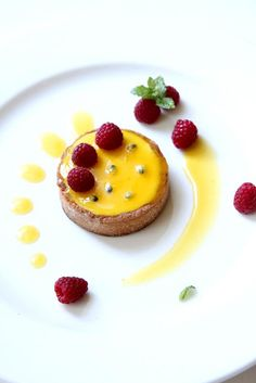 Gourmet Baking: Passion Fruit and Raspberry Tart ♥ Dessert Tart Recipes, Sweet Recipes, Dessert Recipes, Passionfruit Recipes, Passionfruit Tart, Raspberry Tarts, Fruit Tarts, Sweet Tarts, Mini Desserts