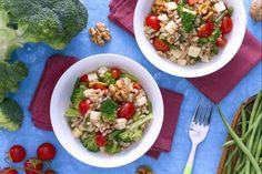 L'insalata di farro con verdure è un primo piatto o piatto unico fresco ideale per un pranzo freddo estivo, condita con tante verdure.