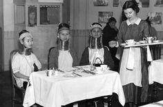 Чаепитие / Фото дня / Моя Планета Девушки из Бирмы пьют чай. Англия, 1935 год.