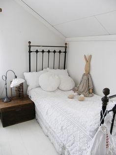 sweet bed dressing... lace on lace.... L a n t l i f