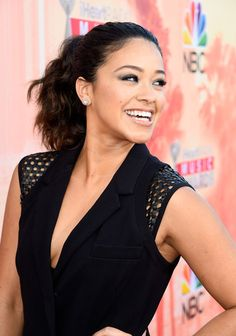 Gina Rodriguez – Like how can you look flawless without any hair framing your face? I look like an alien with all my hair pulled back. Gina Rodriguez, Petra, Wavy Ponytail, Pulled Back Hairstyles, Hispanic Women, Natural Wavy Hair, Metallic Eyeshadow, Jane The Virgin, Bold And The Beautiful
