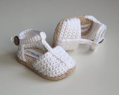 New Crochet Baby Girl Sandals Shoes Ideas Crochet Baby Sandals, Booties Crochet, Baby Girl Crochet, Crochet Baby Shoes, Crochet Baby Booties, Crochet Slippers, Knitted Baby, Baby Girl Sandals, Baby Boy Shoes