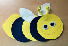 Große Biene basteln Tinkering this big bee is very easy. Summer Crafts, Diy And Crafts, Big Bee, Bee Theme, Aesthetic Rooms, Felt Animals, Wool Felt, Chevron, Alice