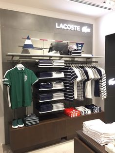 Boutique Interior, Clothing Store Interior, Clothing Store Displays, Showroom Interior Design, Clothing Store Design, Shoe Store Design, Retail Store Design, Visual Merchandising Fashion, Store Layout