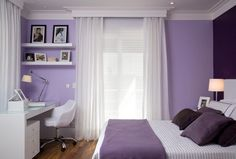 O berinjela aplicado na parede da cabeceira e nas almofadas imprimiu sobriedade ao dormitório de base lilás e branca. Projeto do escritório AR Arquitetura & Design.  (Foto: Evelyn Müller/ Divulgação)