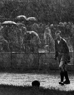 World Press Photo of year Autor Stanislav Tereba (During a football game between the teams Sparta Praha and Červená Hvězda Bratislava, Sparta's goalkeeper Miroslav Čtvrtníček stands on the football field and lines up for a kick in pouring rain) World Press Photo, Photo Lens, Photo Awards, Singing In The Rain, Goalkeeper, Photojournalism, Ikon, The Past, Photos