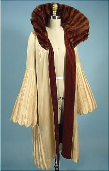 Look at that AMAZING collar! Attributed to Jeanne Lanvin, ivory silk evening coat with fur collar lined in brown silk velvet, c. 20s Fashion, French Fashion, Art Deco Fashion, Fashion History, Retro Fashion, Vintage Fashion, 1920 Style, Flapper Style, Jeanne Lanvin