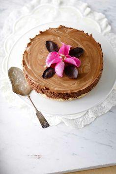 Chocolate mousse cake Story: Juulia Reinikka Photo: Joonas Vuorinen Kotivinkki 19/2013 www.kotivinkki.fi Chocolate Mousse Cake, Pie Recipes, Cheesecakes, Goodies, Sweets, Eat, Breakfast, Desserts, Food