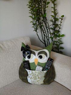 Almofada de Coruja - Artesã Ana Elgui - www.facebook.com/... #almofada #coruja #portacontroleremoto #decoração #artesanato #quarto #sala #casa