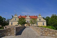 Pałac w Kondratowicach został wzniesiony w I połowie XVIII w, częściowo zmodernizowany w XIX w, remontowany w 1973, przebudowany w latach 1978-1979 r. Obecnie - własność prywatna. Manor Houses, The Beautiful Country, Central Europe, Medieval, Places To Visit, Castle, Exterior, House Styles, Art