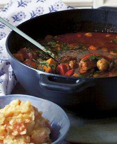 Beef stew with mashed root veg//En klassisk gullasch varmer godt på kolde dage. Nyd den med en grov rodfrugtmos.