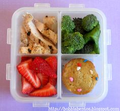 Healthy & simple kids lunch: grilled chicken + broccoli + strawberries + muffin ~ Almuerzo simple & saludable para niños: pollo + brocoli + frutillas + muffin.