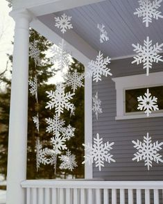 Outdoor Christmas Decorations For A Holiday Spirit Browse holiday and seasonal decoration designs and ideas for your home. Get a new Christmas decor look with these fabulous Outdoor Christmas Decorations for a Holiday Spirit. Christmas Porch, Noel Christmas, Simple Christmas, Winter Christmas, Christmas Crafts, Christmas Ideas, Christmas Snowflakes, Christmas Displays, Rustic Christmas