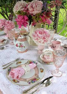 pink, fuchsia and blush flowers echo with napkins and glasses
