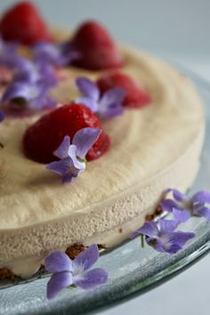 Ralu TeRa: Strawberry cheesecake with hazelnut crust