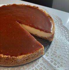 Sajttorta - Karamell öntettel - MesiNasi - Sütemény és Egyszerű Étel Receptek Fancy Desserts, Delicious Desserts, Tiramisu, Cheesecake, Food And Drink, Pie, Pudding, Cookies, Dishes