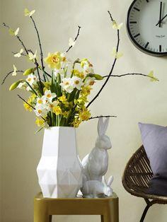 Ein zarter Frühlingshauch fliegt durch den Raum: Binden Sie einen Strauß aus Narzissen. Was Sie außerdem brauchen? VERRATEN WIR HIER!