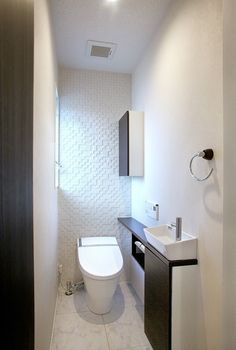 LIXIL | Lifestyle collection ~住まいづくりの事例集~(リフォーム・新築) Bathroom Design Luxury, Bathroom Design Small, Bathroom Interior, Modern Bathroom, Guest Toilet, Downstairs Toilet, Small Toilet Design, Toilet Shelves, Vintage Bathroom Decor