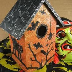 October is the season of candy apples, cozy quilts, carving pumpkins, and Halloween craft ideas. Believe it or not, October can also be a good time for birdhouses with this Halloween Haunted Birdhouse. Halloween Village, Holidays Halloween, Halloween Crafts, Halloween Decorations, Halloween Stuff, Vintage Halloween, Halloween Ideas, Halloween Party, Decorative Bird Houses