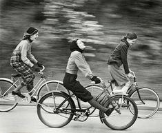 Estos movimientos fomentan la bicicleta no solo como medio de transporte habitual, sostenible, ecológico y económico, si no como la potente herramienta de transformación de la sociedad que es.#DiaDeLaMujer Alegría entre tus piernas https://sabaticrab.com/alegria-entre-tus-piernas/