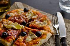 Pizza z salami, karczochami, czerwoną cebulą i oliwkami