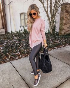 I seriously with these new leggings 😆🤗 And excuse me while I order this top in Every. 🙌🏼 The best errand… Komplette Outfits, Casual Outfits, Fashion Outfits, Womens Fashion, Fall Winter Outfits, Autumn Winter Fashion, Spring Outfits, Errands Outfit, Leather Leggings Outfit