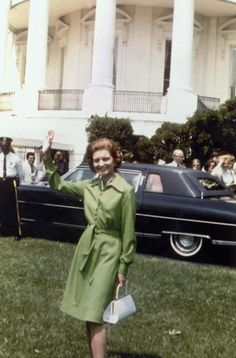 First Lady Betty Ford: The structured white bag was as stylish then as it is now. First Lady Of America, Us First Lady, Carla Bruni, Fashion Mode, Womens Fashion, Fashion Trends, Ladies Fashion, Fashion Hats, Street Fashion