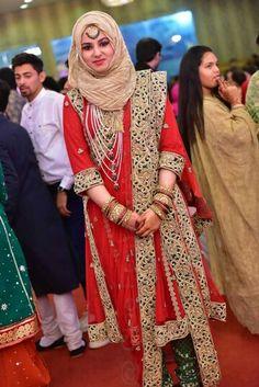 Khada dupatta Saree With Hijab, Hijab Dress, Hijab Outfit, Dress Muslimah, Hijab Bride, Bridal Hijab, Bridal Lehenga, Bridal Dresses, Wedding Hijab Styles