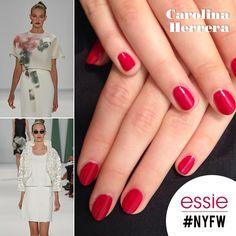 La elección del esmalte para el desfile de Carolina Herrera en la Semana de la Moda en Nueva York no pudo ser más acertada. Refleja a la perfección la elegancia y lo clásico de su colección Primavera/Verano 2015.