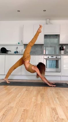 Kayla Nielsen is a yoga teacher and humanitarian who is dedicated to spreading light around the world through service and yoga. Gymnastics Workout, Dancer Workout, Gymnastics Videos, Ballerina Workout, Acrobatic Gymnastics, Yoga Training, Yoga Moves, Flexibility Workout, Flexibility Dance