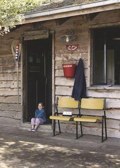 Les meubles chinés nous attendent dès l'entrée de la cabane - 90 m2 pour une cabane DIY familiale - CôtéMaison.fr