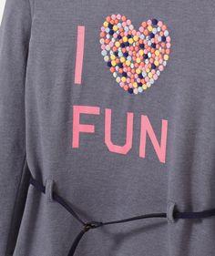 LE TEE-SHIRT GOURMET : Un vrai tee-shirt de fille avec son print fun et girly ! LE TEE-SHIRT LONG CEINTURÉ, col rond, manches longues, broderie, flocage, ceinture.